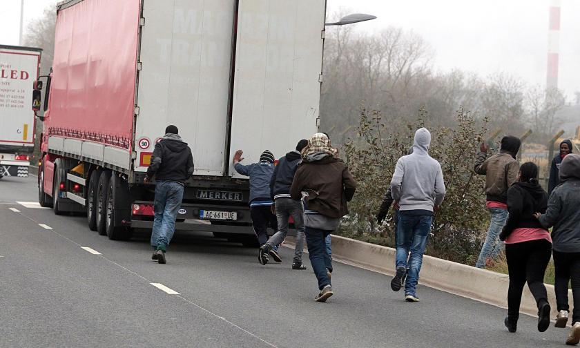 Migrants, lorry, Calais